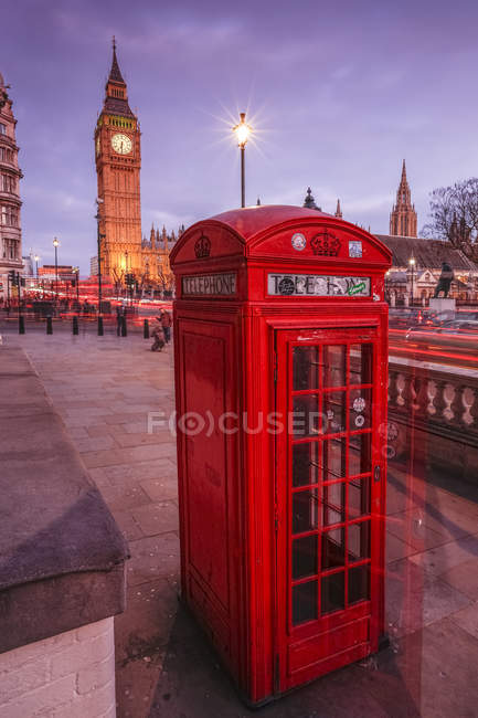Cabina telefonica rossa inglese tipica — Foto stock