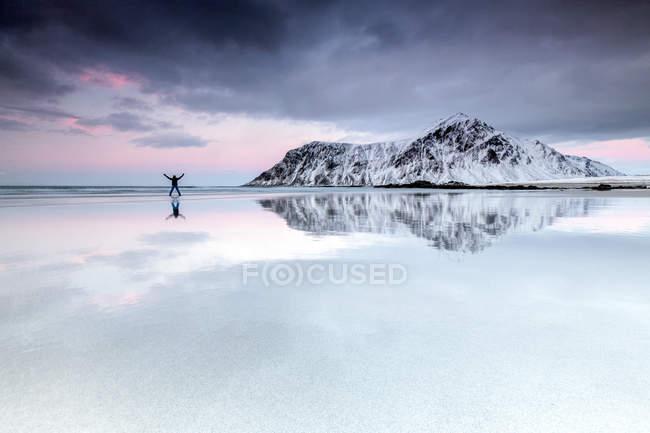 Excursionista en Skagsanden playa rodeada de nieve - foto de stock