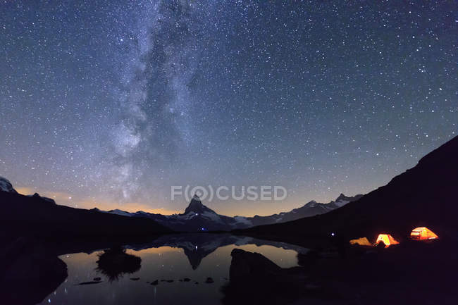 Travel tents placed under starry sky — Stock Photo