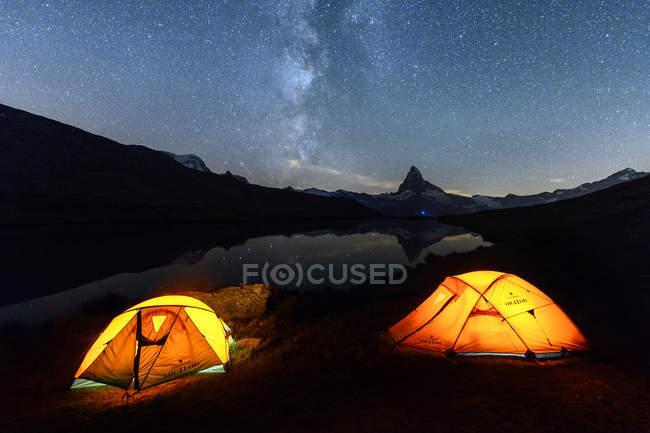 Camping sous les étoiles près du lac — Photo de stock