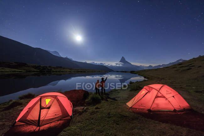 Vue arrière des randonneurs et le camping — Photo de stock