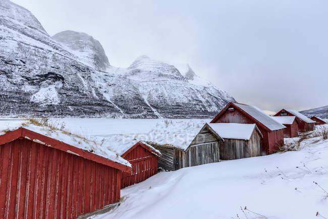 Cabanas de madeira na paisagem de neve — Fotografia de Stock