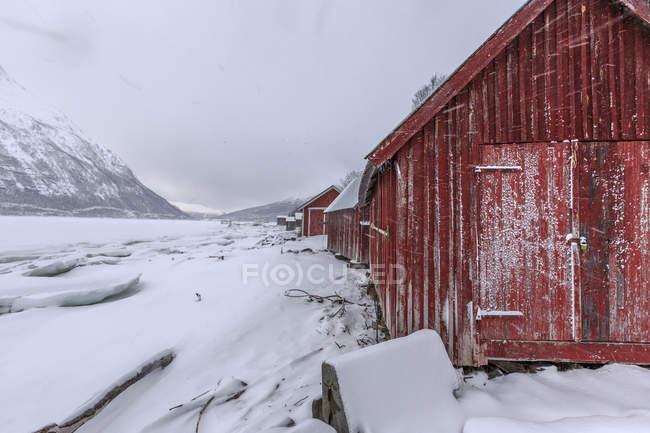 Cabanas de madeira na paisagem de neve de Lyngseidet — Fotografia de Stock