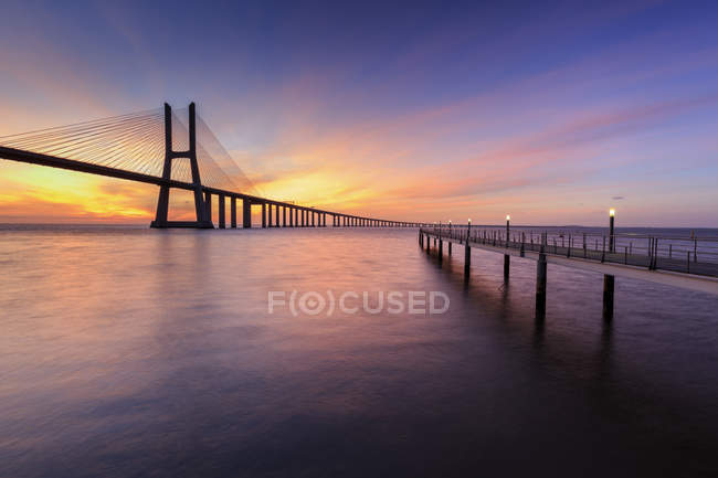 Morgendämmerung auf Vasco da Gama Bridge — Stockfoto