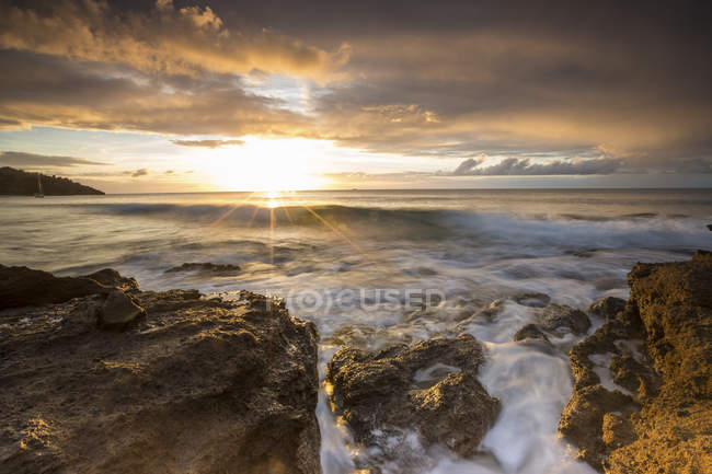 Sunbeams on cliffs and sea around Galley Bay — Stock Photo