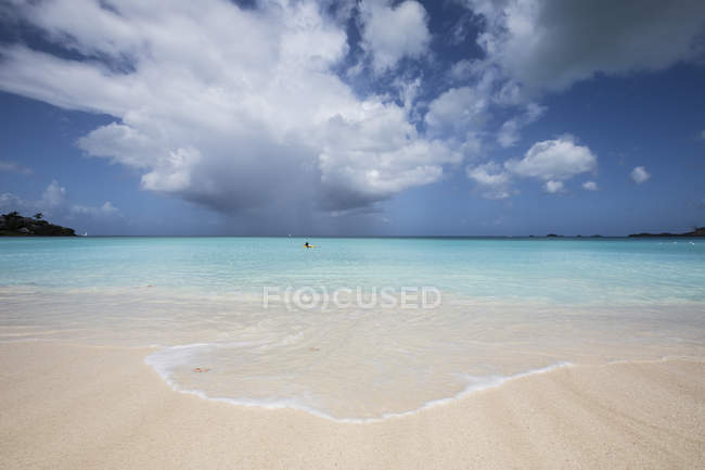 Sand surrounded by turquoise water of Caribbean sea — Stock Photo