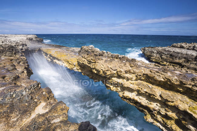 Waves in natural arches of limestone — Stock Photo
