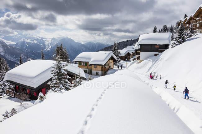 Esquiadores apreciando a paisagem de neve — Fotografia de Stock