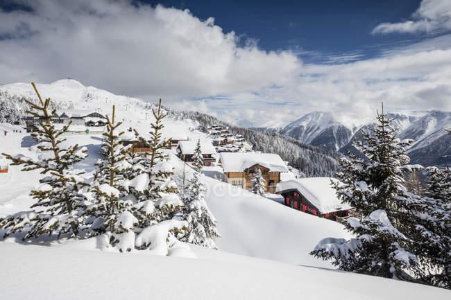 Зима Снежная хижины и леса — стоковое фото