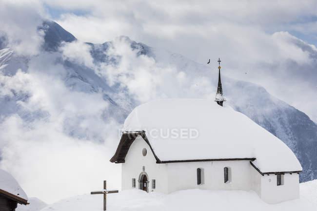 Nuvens sobre Igreja coberta de neve — Fotografia de Stock