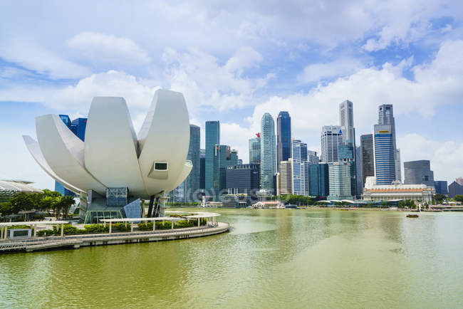 Lotus flower shaped ArtScience Museum — Stock Photo