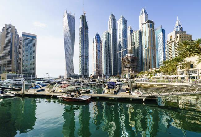 Vista dos barcos ancorados no porto e arranha-céus — Fotografia de Stock