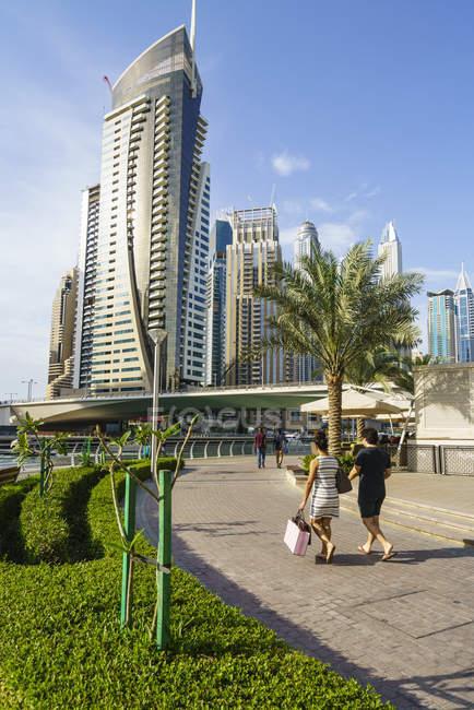 Jovem casal no Dubai Marina — Fotografia de Stock