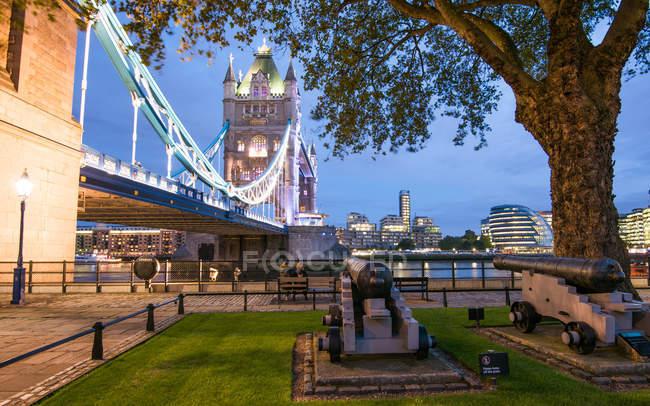 Тауерський міст уночі, Лондон — стокове фото
