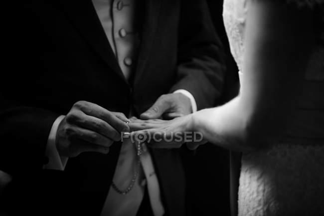 Couple échange des anneaux — Photo de stock