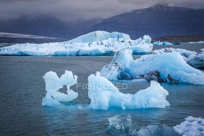 Iceberg che galleggiano in Laguna del ghiacciaio — Foto stock