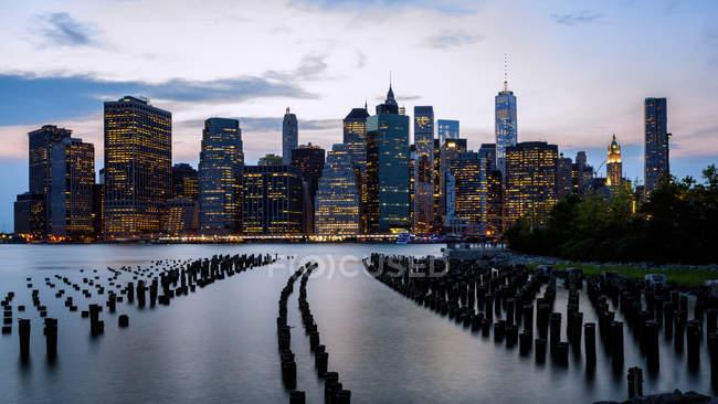 Перегляд Манхеттен в сутінках — стокове фото