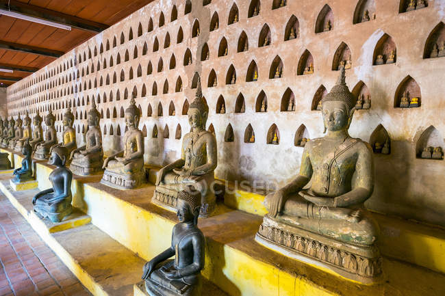 Buddha statues inside temple — Stock Photo