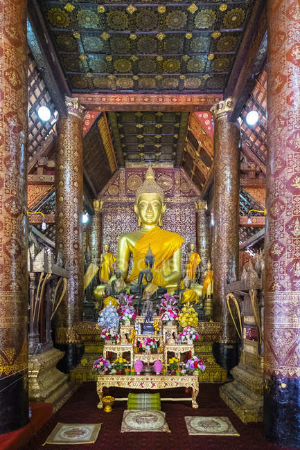 Interior of Buddhist temple — Stock Photo
