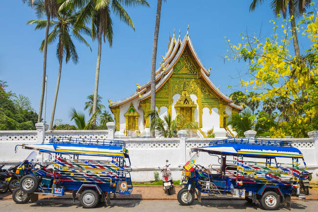 Colorful tuk-tuks in front of temple — Stock Photo