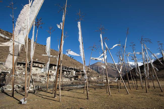 Gebetsfahnen im Dorf von Chebisa — Stockfoto