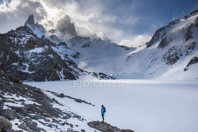 Woman on hike in El Chalten National Park — Stock Photo