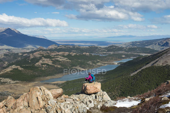 Woman taking break from hiking — Stock Photo