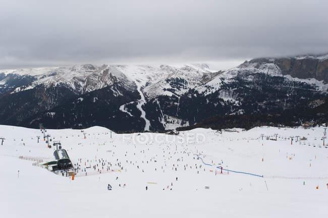 Вид лыжников в горах — стоковое фото