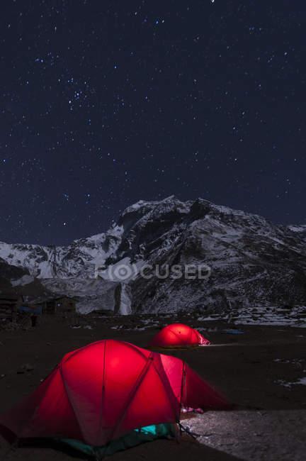 Si accamparono in Samdo durante trekking circuito Manaslu — Foto stock