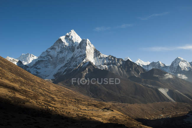 Superbe pic pointu de l'Ama Dablam — Photo de stock