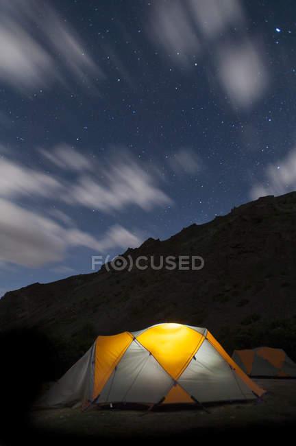 Accampati sotto stelle durante il trekking valli di nascosto — Foto stock