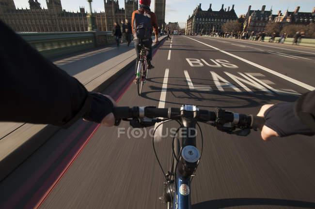 Cyclist crosses Westminster Bridge — Stock Photo