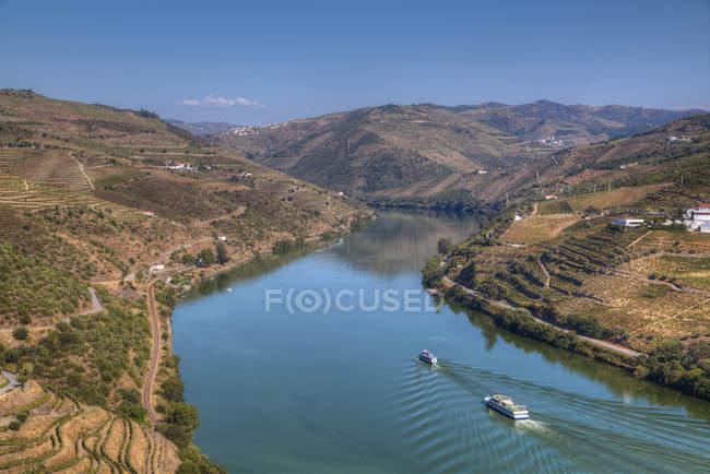 Туристичні катери, виноградників і річки Дору — стокове фото