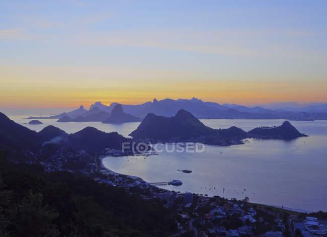 Pôr do sol ao longo do rio de janeiro — Fotografia de Stock