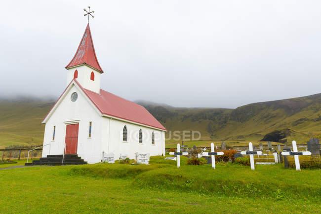 Рейни церковь возле Vik — стоковое фото