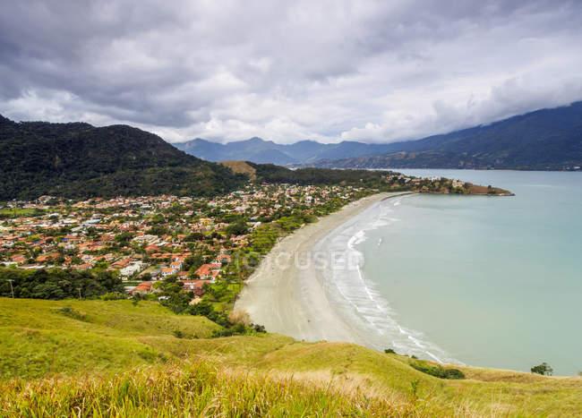 Barequecaba praia com ilha de Ilhabela no fundo — Fotografia de Stock