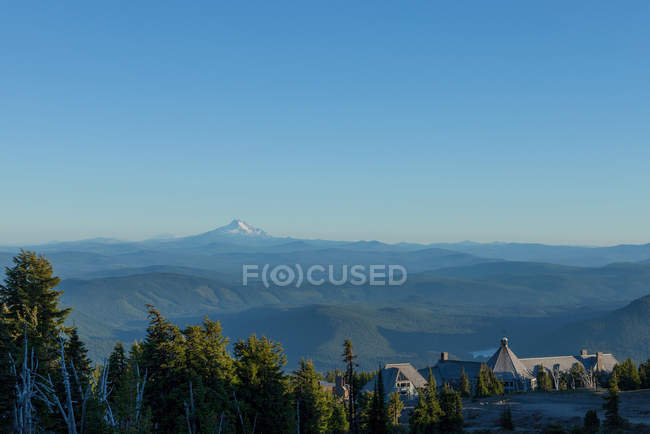 Timberline Lodge hotel and Mount Jefferson — Stock Photo
