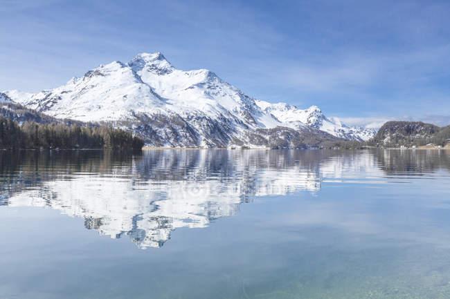 Sommets enneigés, reflétées dans l'eau claire — Photo de stock