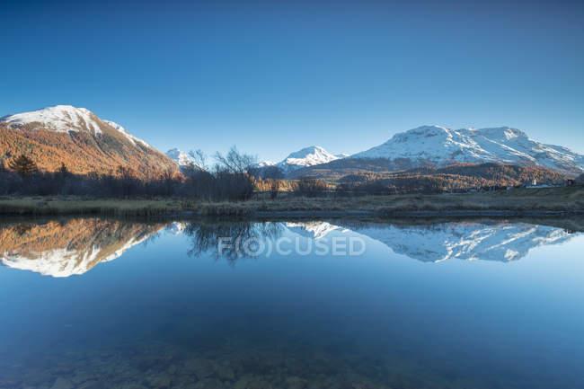 Sommets enneigés, reflétés dans le lac — Photo de stock
