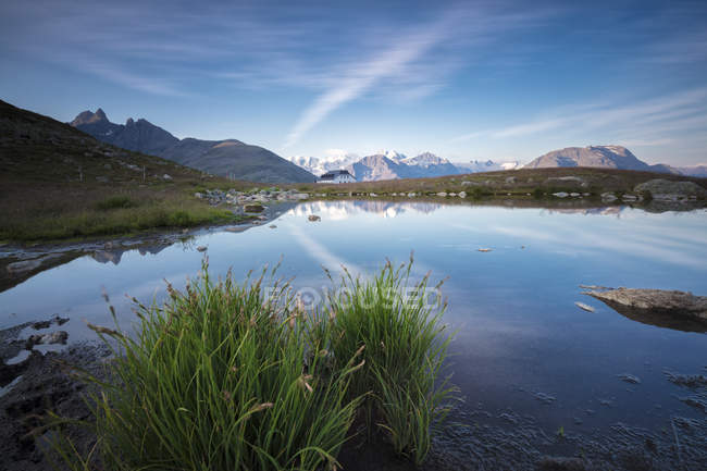 Clear sky reflected in blue alpine lake — Stock Photo