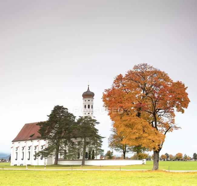 Herbstfarben und Bäumen umgeben Kirche — Stockfoto