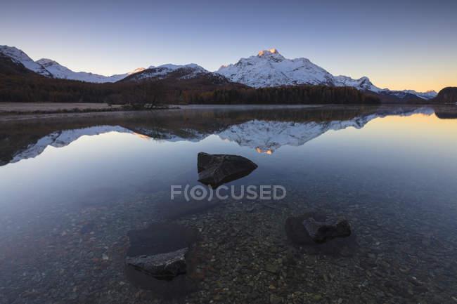 Pics Nowy reflétées dans le lac — Photo de stock