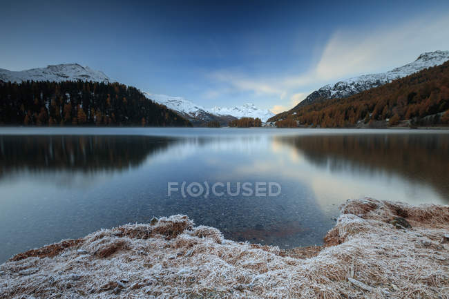 Snowy peaks are reflected in Lake — Stock Photo