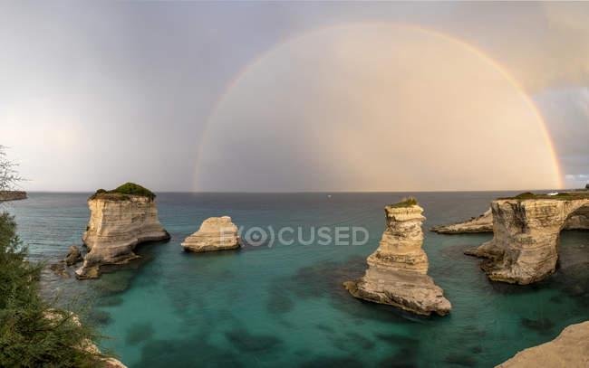 Радуга фоторамки скал — стоковое фото