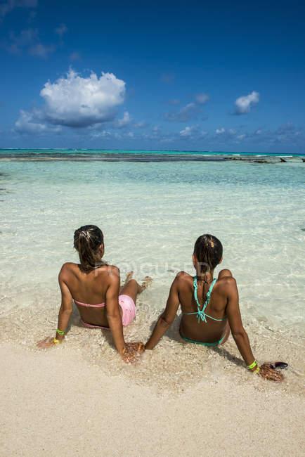 Девочки, наслаждаясь замечательные бирюзовое воды — стоковое фото