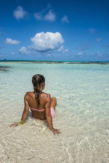Girl enjoying the beautiful water — Stock Photo