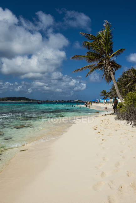 White sand beach and turquoise water — Stock Photo