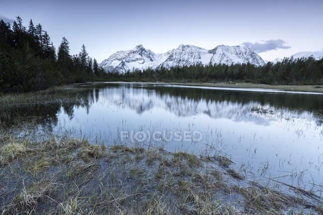 Sunrise encadre les sommets enneigés dans le lac Entova — Photo de stock