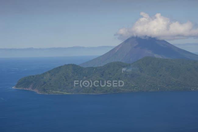 Діючий вулкан Lopevi — стокове фото