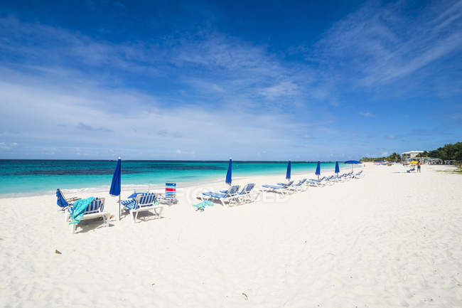 Шезлонги на пляжі Сходу Shoal Bay — стокове фото